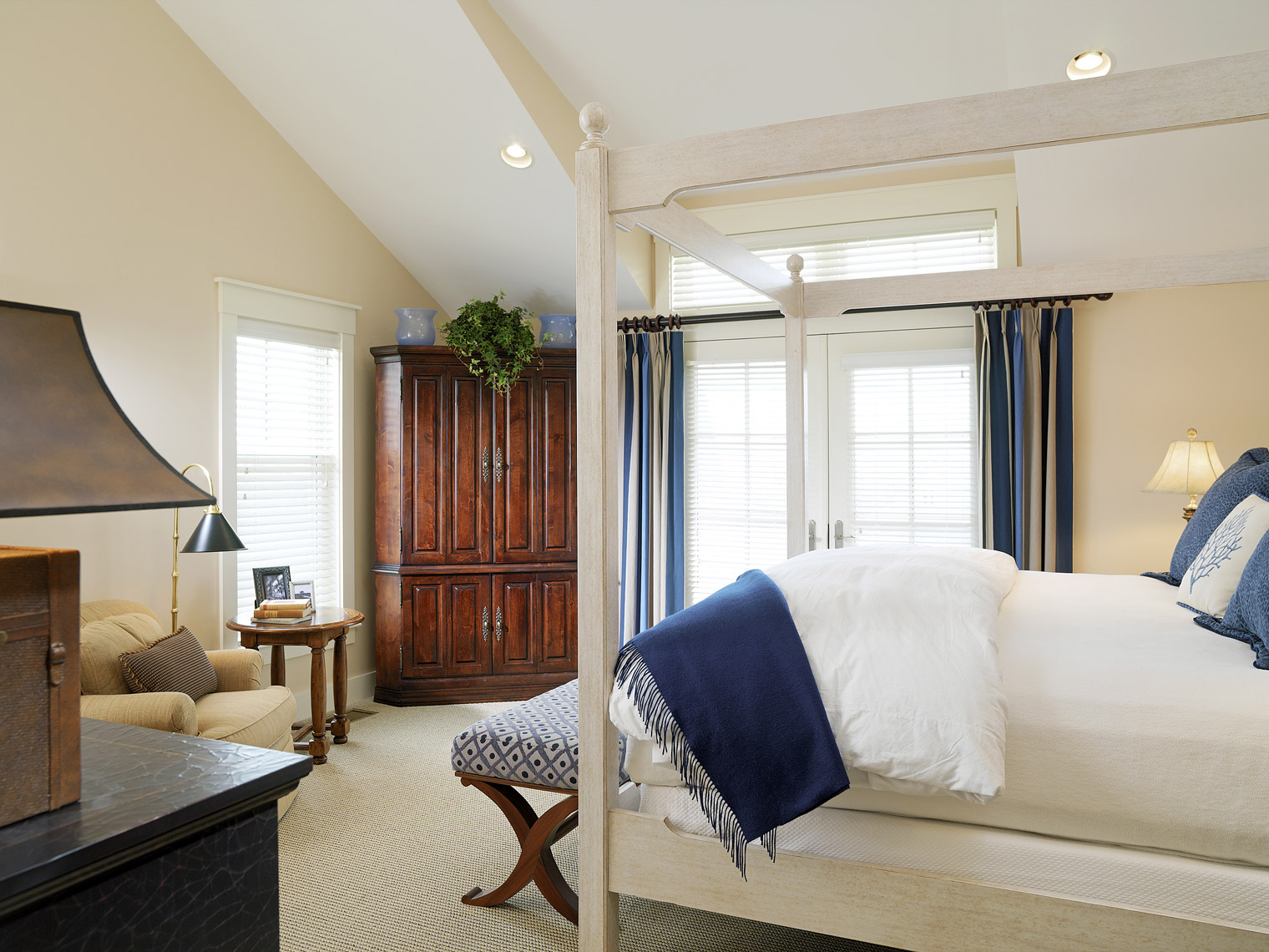 Waterfront vacation home on Narragansett Bay, Interior Design by Kenneth E. Hurd & Associates